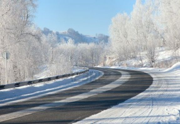 8927725-winter-road-snow-and-ice-complicates-the-movement-and-shooting